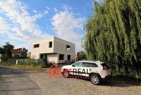 Prostorná novostavba RD 5+kk v dosahu Brna, zahrada, vjezd, pozemek 366 m²