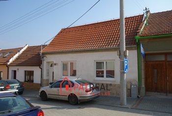 Pronájem rodinného domu s bazénem a krbem, 150m² - Brno - Líšeň, pozemek 397 m²