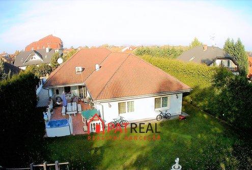 Sam. stojící luxusní bungalov 6+1, zahrada, vjezd, parkování, pozemek 1.010 m²