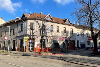 Prodej domu k bydlení i podnikání, 2 byty 4+kk, dvě prodejny, sklep, garáž, vjezd, parkování, pozemek 206 m²
