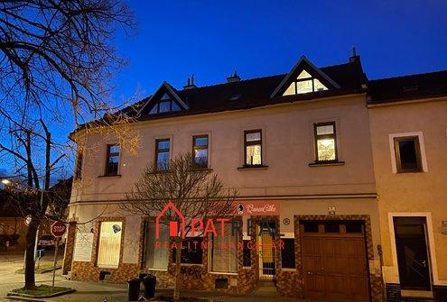 Prodej domu k bydlení i podnikání, 2 byty 4+kk, dvě prodejny, sklep, garáž, vjezd, parkování