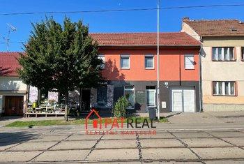 Polyfunkční dům v perfektním stavu se třemi byty, dvěma obchody, průjezdem a velkou zahradou., pozemek 1.003 m²