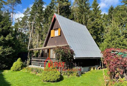 Prodej chaty na vlastním pozemku, elektřina, voda, WC, septik, vjezd, pozemek 500 m²