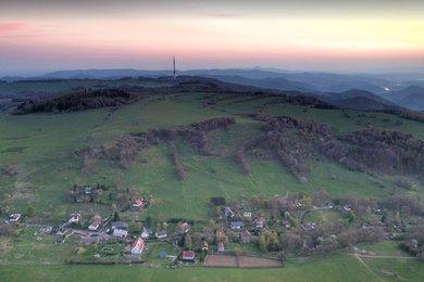Nabízíme krásnou rovinatou parcelu v obci Rychnov u Verneřic v okrese Děčín, Ev.č.: 00031