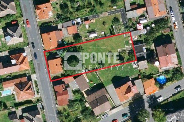 Prodej velké stavební parcely 1 214 m2, se starším rodiinným domem v Kostelci nad Černými lesy, okres Praha-východ