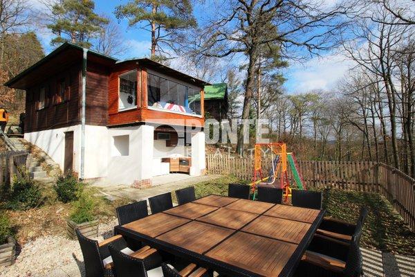 Nabízíme prodej chaty 2+kk v katastru obce Slapy, na pozemku 1.996 m2, okres Praha-západ