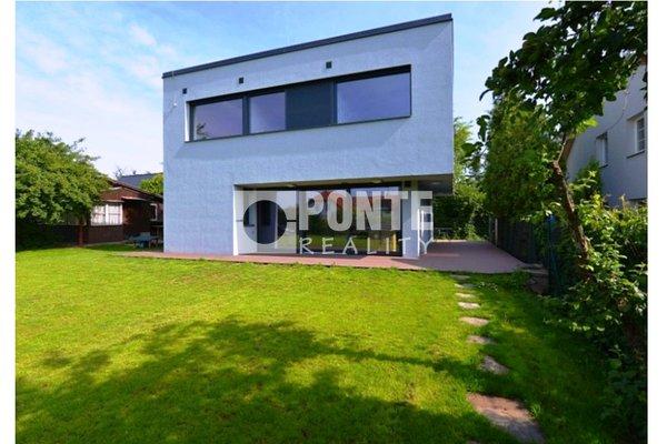 Prodej luxusního, zařízeného rodinného domu 4+kk + samostatného domku pro hosty 1+1, na pozemku 748 m2, Říčany, okres Praha-východ