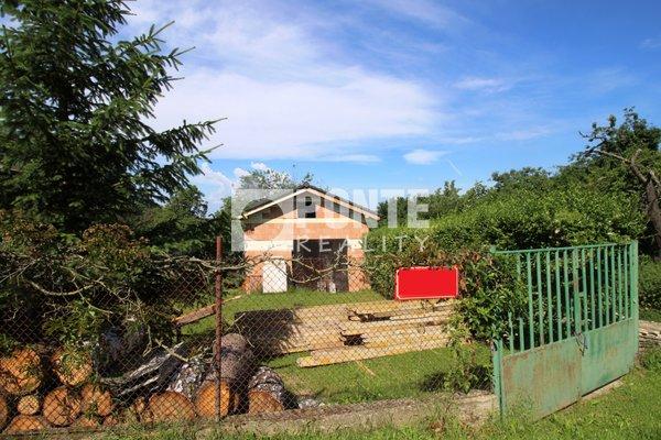 Nabízíme k prodeji stavební pozemek 1100 m2 se starší zděnou chatou a hrubou stavbou garáže v obci Jílové u Prahy - Radlík