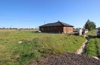 Nabídka prodeje stavebního, plně zasíťovaného pozemku o výměře 1 000 m, v obci Tlustice, okres Beroun