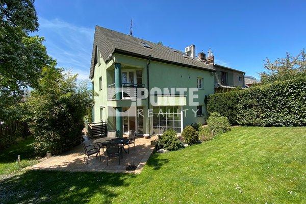 Prodej krásné rodinné vily 7+kk, terasa, balkony, garáž, bazén, pozemek 754 m2, Praha - Kobylisy