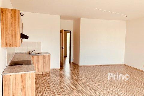 obývací pokoj s kuchyňskou linkou