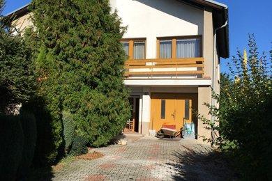 Prodej dvougeneračního rodinného domu 6+2, pozemek 1031 m2, garáž, zahrada, bazén, Cerhovice, Ev.č.: RkBe45