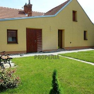 Prodej samostatně stojícího RD 4+1 po rekonstrukci, obec Milotice (u Kyjova), okr. Hodonín, zahrada, dvůr s krytým posezením, kryté parkování, oploceno, CP 611 m2.