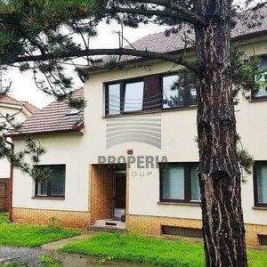 Prodej rodinného domu s bazénem a terasou, obytná plocha - 304 m², pozemek 1.435 m2 - Křenovice
