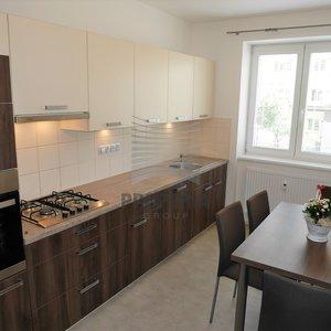 Pronájem zděného bytu po rekonstrukci 3+1, ul. Renneská třída, Brno - střed Štýřice, CP 72 m2, 2. NP/6, výtah, částečně zařízeno.