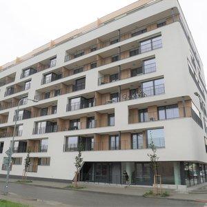 Pronájem novostavby částečně zařízeného bytu OV 2+kk + terasa + garážové stání, ul. U Červeného mlýna, Brno - Královo Pole, CP 68 m2, 4. p/7, výtah, šatna, komora.