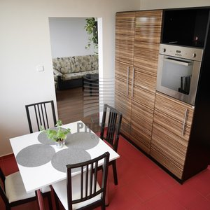 Prodej zrekonstruovaného bytu v OV 2+1 + šatna, malá pracovna, zasklená lodžie a balkon, ul. Brněnská, Šlapanice (okr. Brno-venkov), CP 62 m2, dům po revitalizaci
