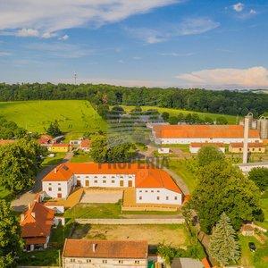Prodej zámeckého statku po rekonstrukci včetně stavebních pozemků, obec Dolní Rožínka