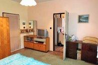 ložnice s vchody do kuchyně a hl. pokoje