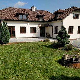 Horoušánky - prodej rodinného domu 390 m² - dvougaráž, terasa, zahrada, studna, bazén, pozemek celkem 1574 m2
