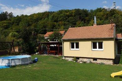 Prodej, pěkné chaty 3+1 po rekonstrukci v Moravském krasu, sklep, bazén, pěkné posezení, zahrada, CP cca 592 m², městys Sloup, okr. Blansko, Ev.č.: 19010281