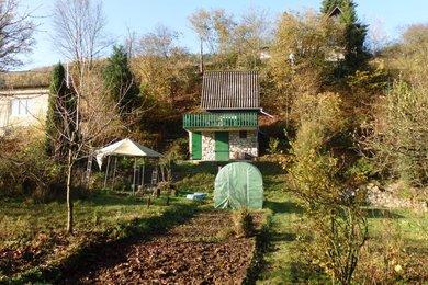 Prodej chaty s pěknou zahradou přímo v Blansku, zavedená elektřina, užitková voda, Blansko,část Staré Blansko, CP 674m² -, Ev.č.: 19010297