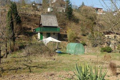 Prodej pěkné, prosluněné zahrady s chatou přímo v Blansku, zavedená elektřina, užitková voda, Blansko,část Staré Blansko, CP 674m² -, Ev.č.: 19010301