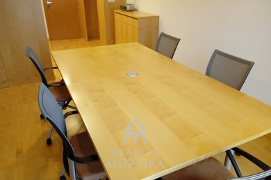 Pronájem kanceláře s vlastní kuchyňkou a WC u centra Brna, Ev.č.: 000775