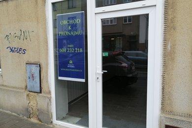 Pronájem malého obchůdku s výlohou na rušné ulici v Žabovřeskách, Ev.č.: 000847