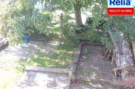 Výhled z půdy do zahrady