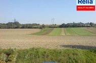 Výhled z půdy do polí