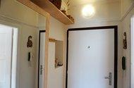 N49077_úložné prostory v chodbě