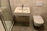 N48092_koupelna se sprch. koutem a WC