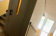 N49087_hlevní chodba s výtahem