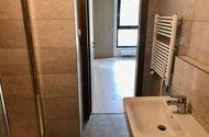 N49090_z koupelny do ložnice