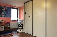 N49185_pokoj s vestavěnými skříněmi