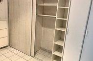 N49187_vestavěná skříň
