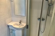 N49187_koupelna se sprchovým koutem