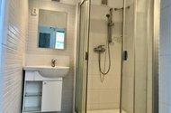 N49187_koupelna sprchový kout a umyvadlová skříňka