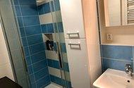 N48663_koupelna sprchkout_umyvadlo, skříně