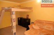 Obývací pokoj s patrovou postelí