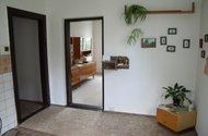 Pohled z kuchyně do chodby a do obývacího pokoje