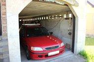 Přistavěná garáž.