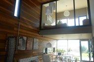 Obývací prostor s prosklenou ložnicí