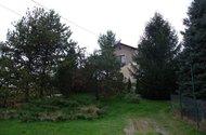 Pohled na dům od vstupní brány