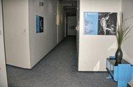 N47074_u kanceláří
