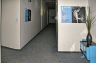 N47076_chodba u kanceláře