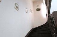 N47231_schody do patra na chodbu