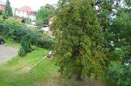N47404_výhled z kuchyně a pokoje do zahrady