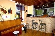 N47491_barový stůl mezi kuchyní a OP
